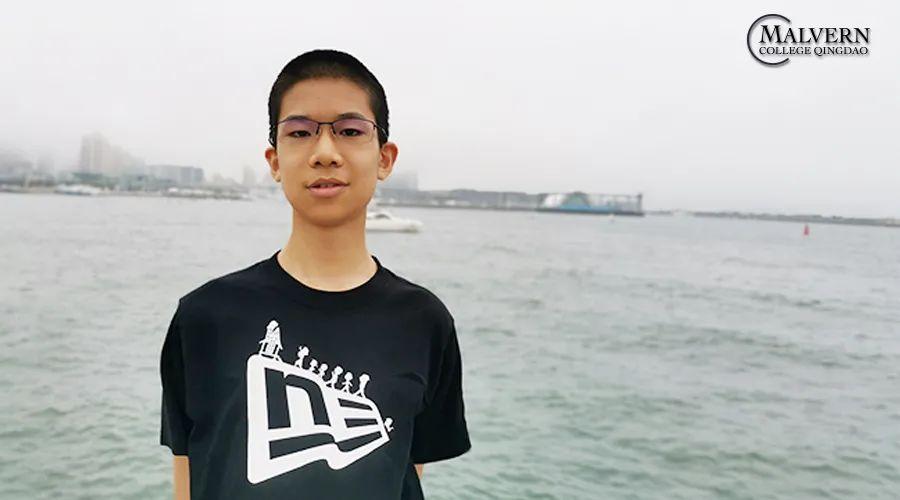 年轻的男人在海上  描述已自动生成